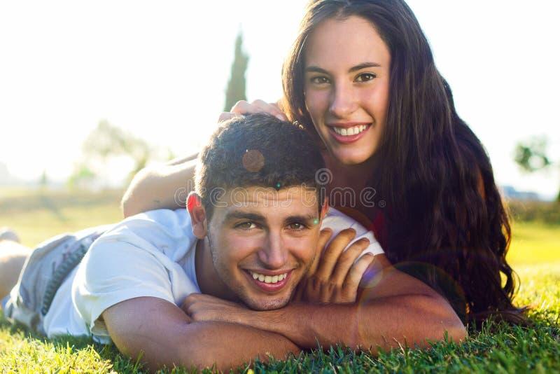 Jeunes couples heureux au parc photos libres de droits
