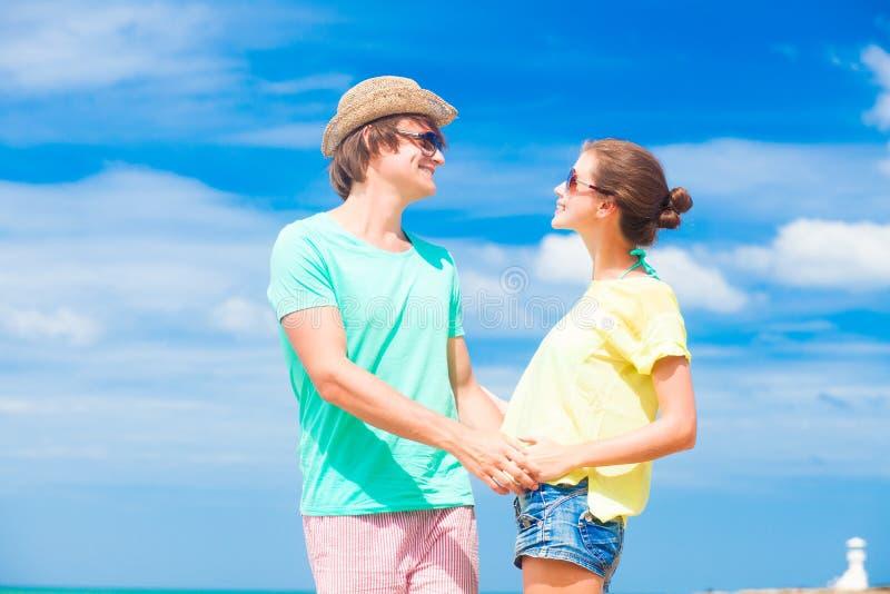 Jeunes couples heureux au pointage de sourire de lunettes de soleil images libres de droits