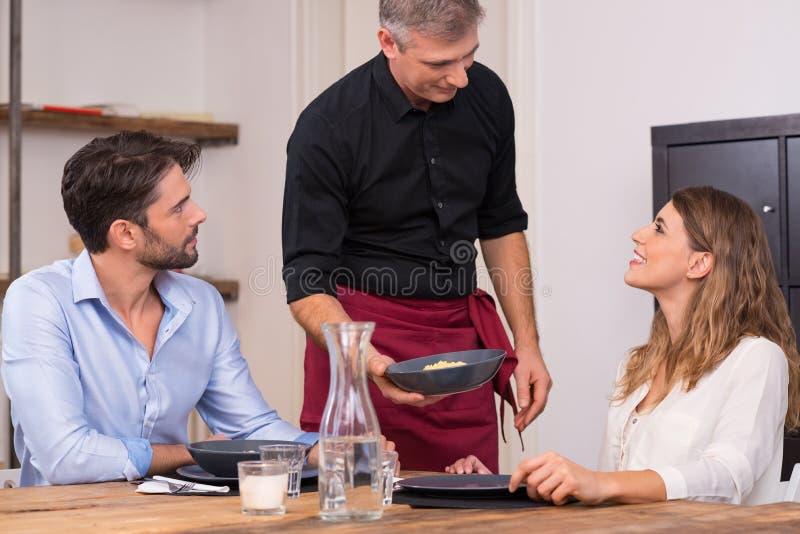 Jeunes couples heureux au restaurant photos stock