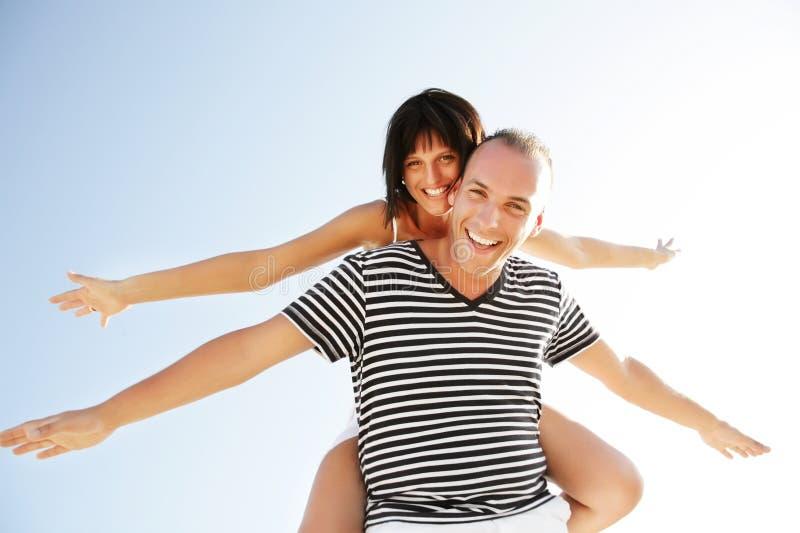 Jeunes couples heureux ayant l'amusement à l'extérieur. photo libre de droits