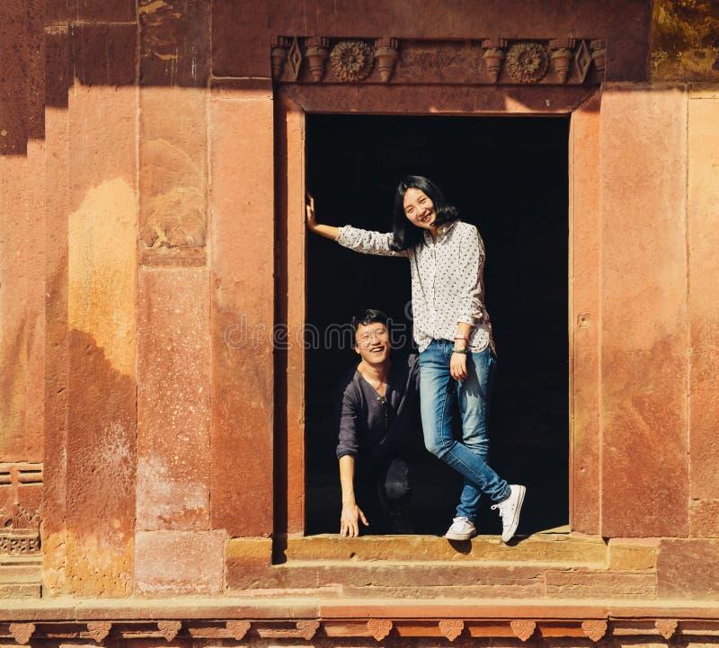 Jeunes couples heureux ayant l'amusement chez Fatehpur Sikri photos libres de droits