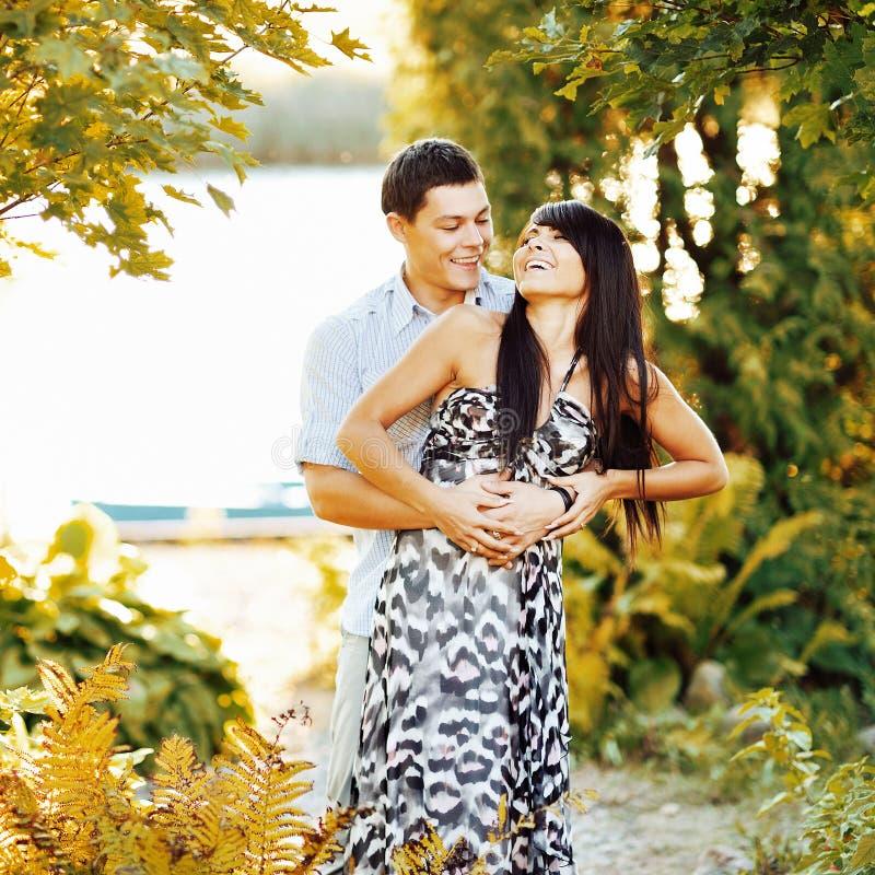 Jeunes couples heureux ayant l'amusement extérieur image libre de droits