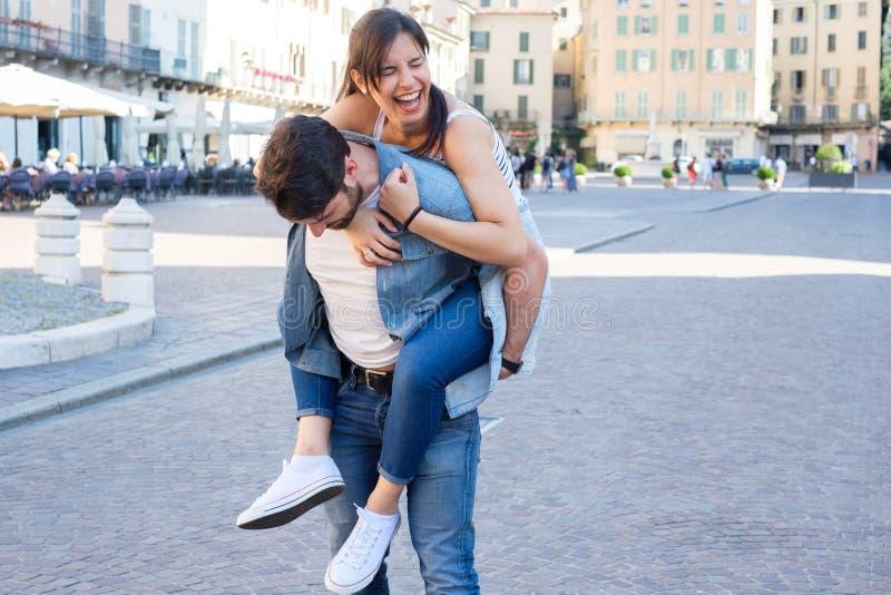 Jeunes couples heureux ayant le grand temps ensemble photo stock