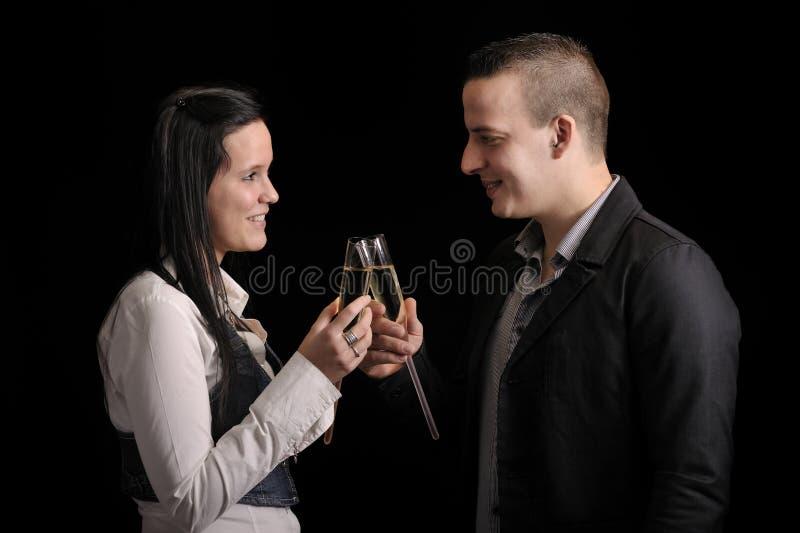 Jeunes couples heureux ayant une boisson image stock