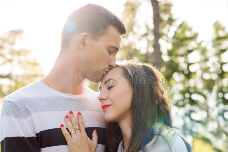 Jeunes couples heureux dans des baisers d'amour Le parc dehors datent Couples affectueux image stock