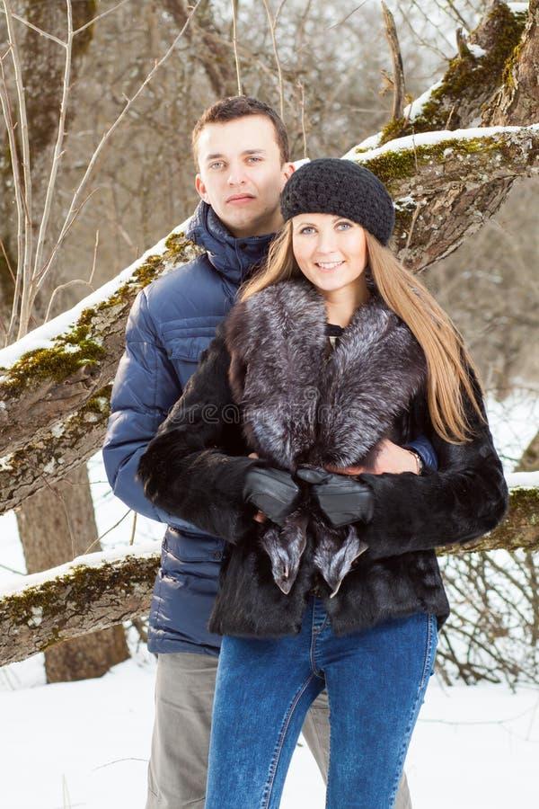 Jeunes couples heureux dans le jardin d'hiver photographie stock libre de droits