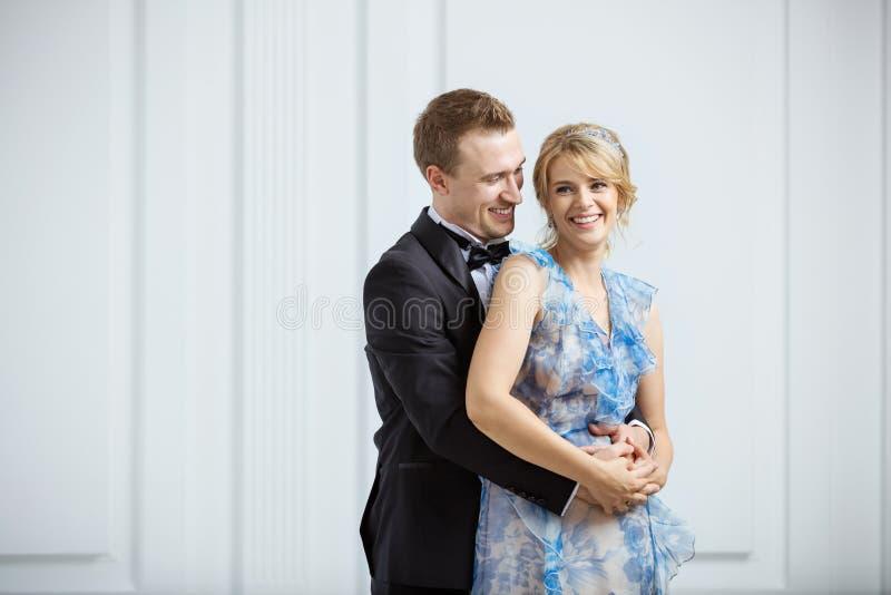 Jeunes couples heureux dans des vêtements à la mode de luxe à l'intérieur image stock
