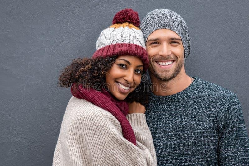 Jeunes couples heureux dans des vêtements d'hiver images stock