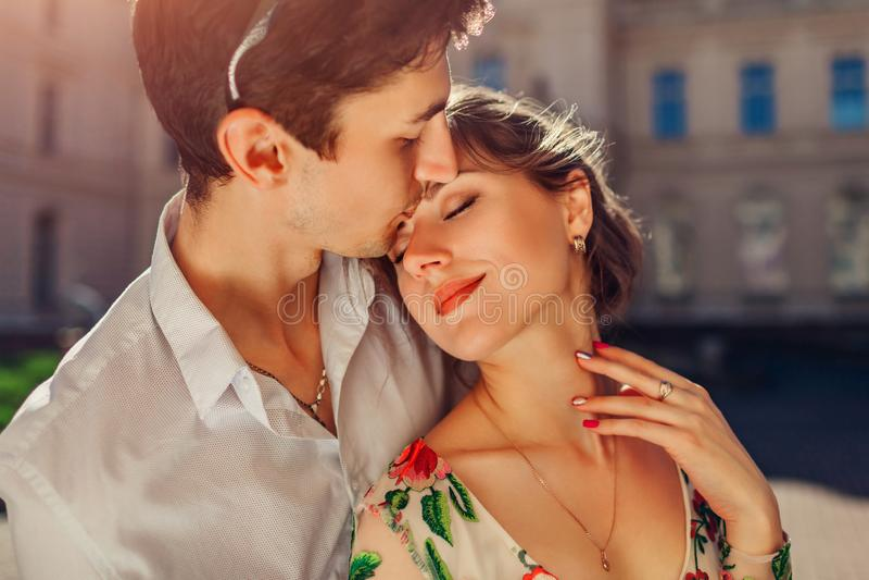 Jeunes couples heureux dans l'amour étreignant et embrassant dehors Homme et femme marchant par le palais de Potocki à Lviv photo libre de droits