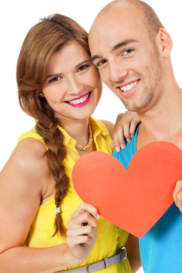 Jeunes couples heureux dans l'amour avec le jour de valentines rouge de coeur photo stock