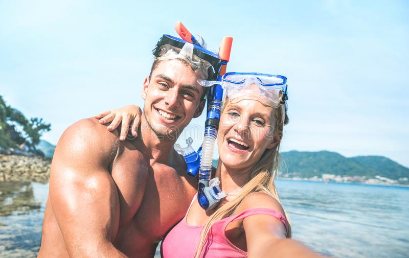 Jeunes couples heureux dans l'amour prenant le selfie dans l'excursion tropicale avec la caméra de l'eau - voyage de bateau navig images stock