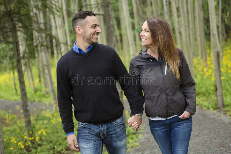 Jeunes couples heureux dans le pré de forêt photo libre de droits