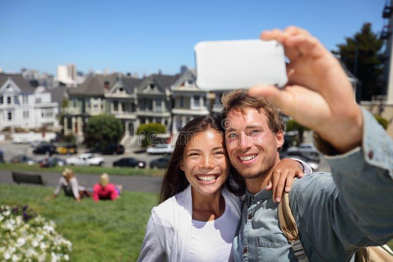 Jeunes couples heureux dans la place de San Francisco Alamo photos stock