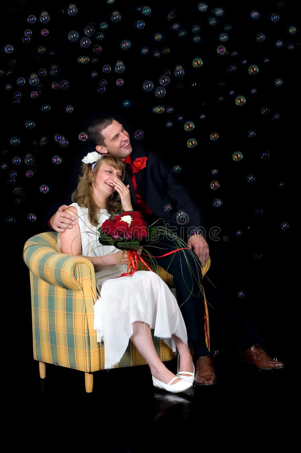 Jeunes couples heureux de mariage image stock