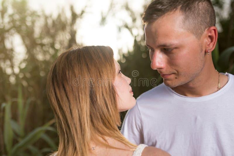 Jeunes couples heureux embrassant et souriant image libre de droits