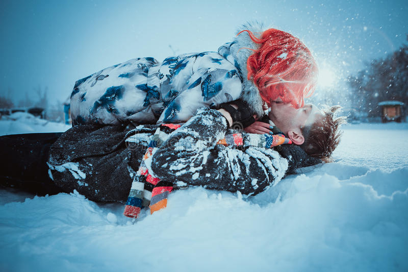 Jeunes couples heureux en parc d'hiver photos libres de droits