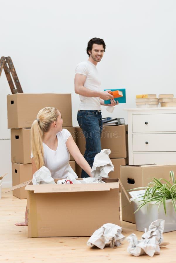 Jeunes couples heureux entrant dans une nouvelle maison images libres de droits