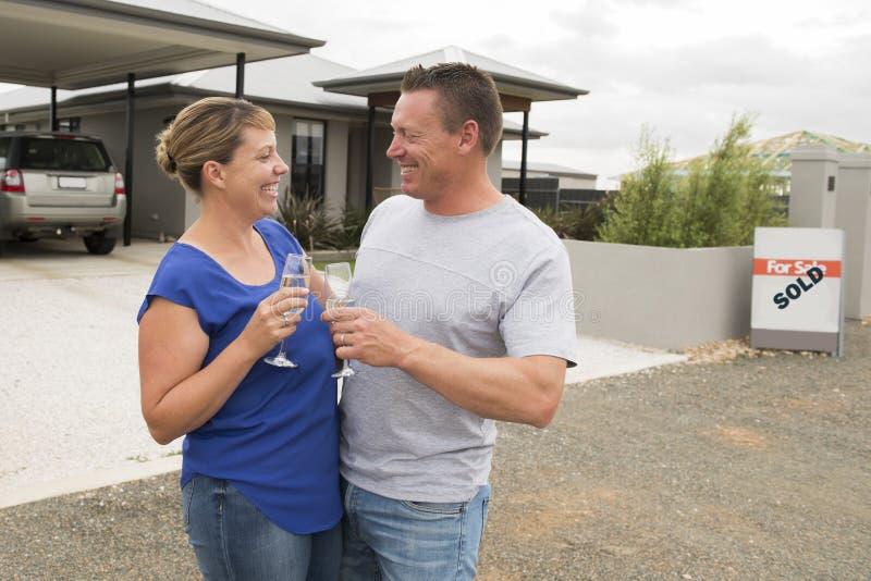 Jeunes couples heureux et beaux en champagne ou vin potable d'amour ayant le pain grillé doux célébrant l'achat et se déplaçant à image stock