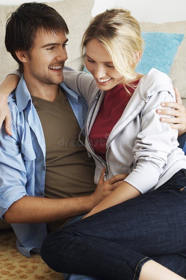 Jeunes couples heureux et romantiques photo stock
