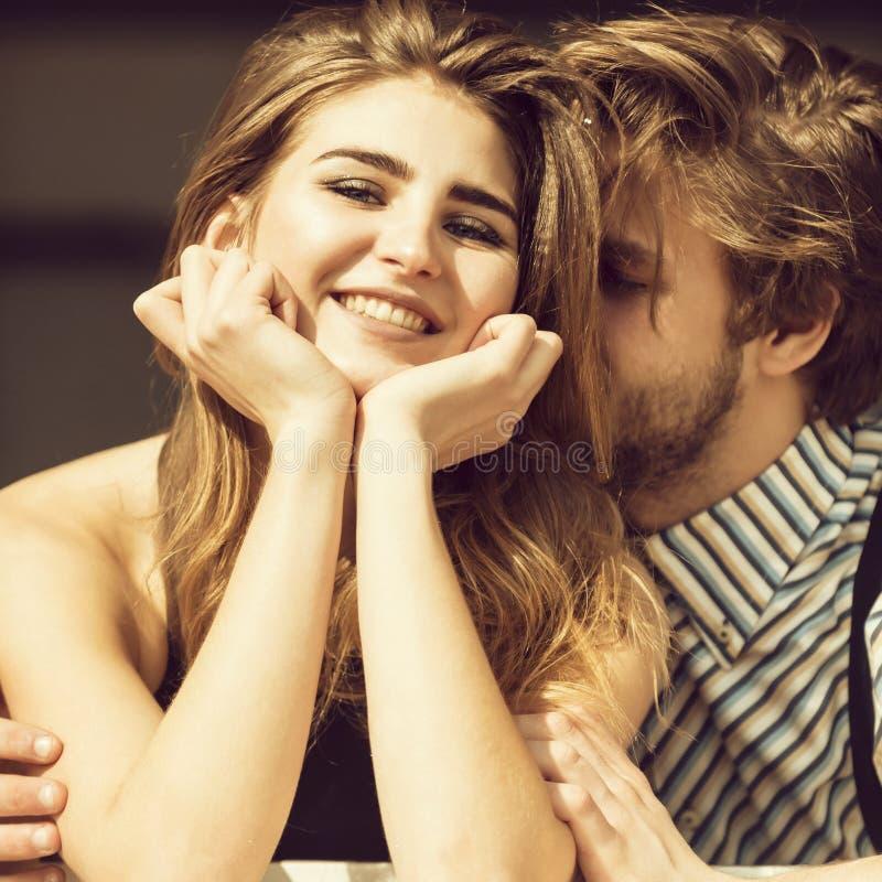 Jeunes couples heureux le jour ensoleillé d'été images stock