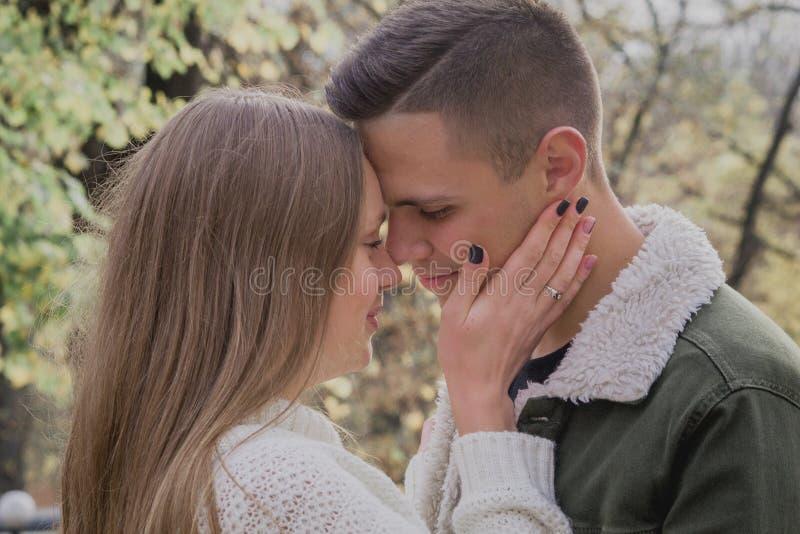 Jeunes couples heureux marchant un jour d'automne en parc Ils ont l'amusement ensemble Adolescent mignon photographie stock libre de droits