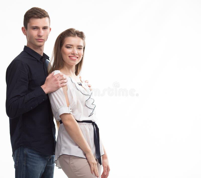 Jeunes couples heureux montrant à la main images stock