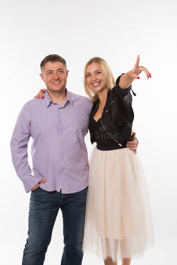 Jeunes couples heureux montrant à la main photos stock