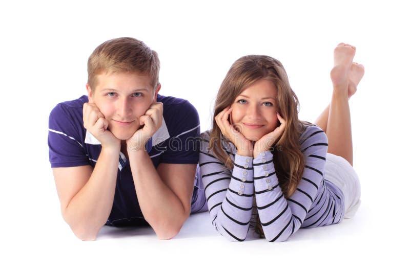 Jeunes couples heureux se couchant sur le plancher image libre de droits