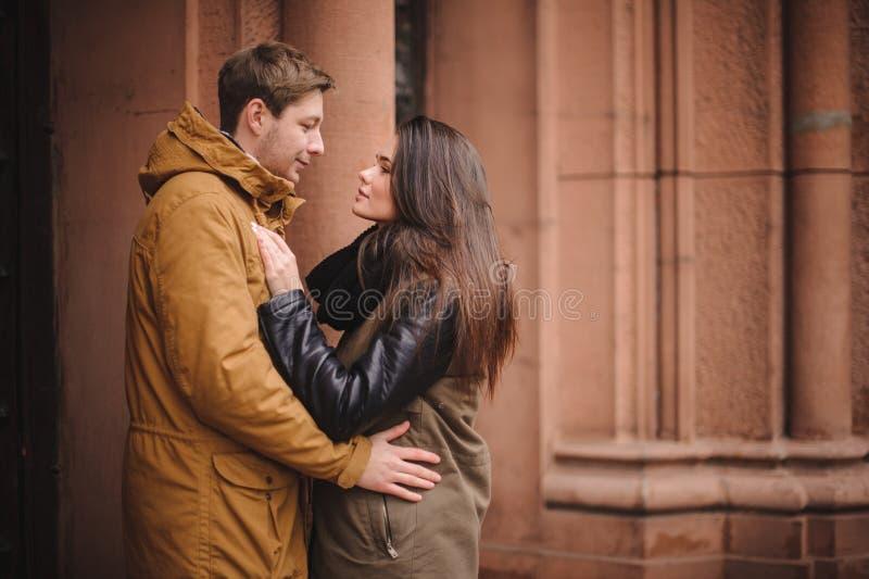 Jeunes couples heureux souriant à l'extérieur regardant l'un l'autre avec amour image libre de droits