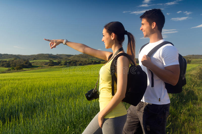 Jeunes couples heureux sur le champ au printemps photos libres de droits
