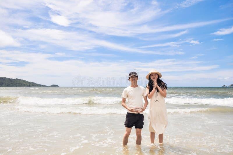 Jeunes couples heureux sur une plage tropicale images stock