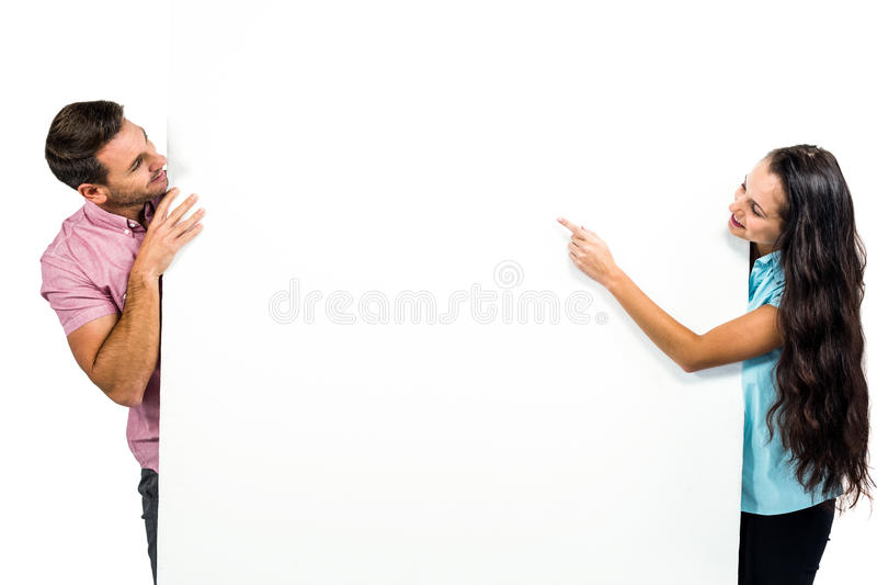 Jeunes couples heureux tenant la feuille blanche photographie stock