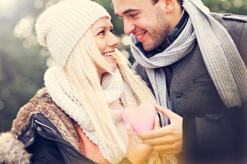 Jeunes couples heureux tenant le coeur photographie stock libre de droits