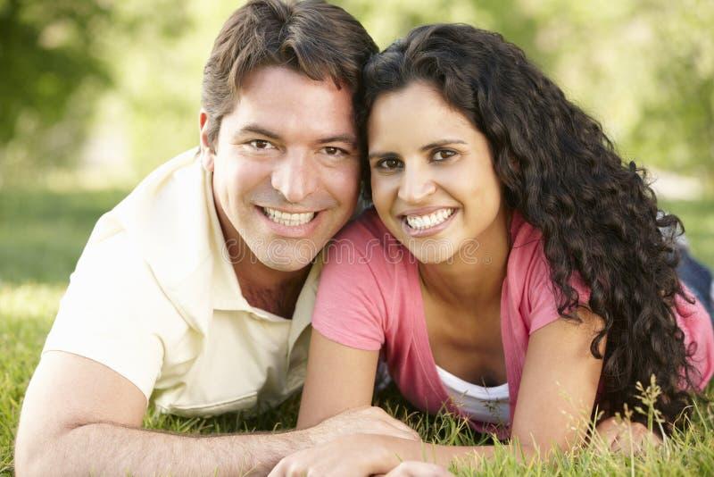 Jeunes couples hispaniques romantiques détendant en parc image stock