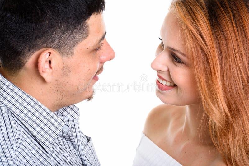 Jeunes couples hispaniques souriant et regardant l'un l'autre dans l'amour photographie stock libre de droits