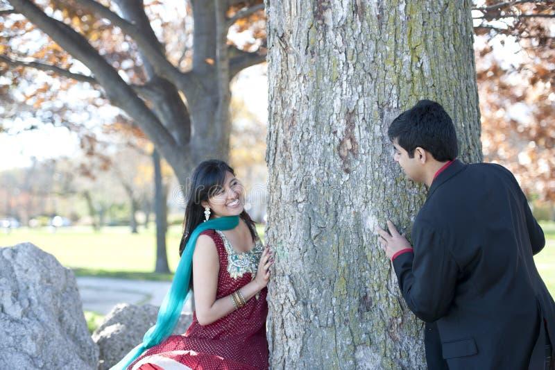 Jeunes couples indiens heureux images libres de droits
