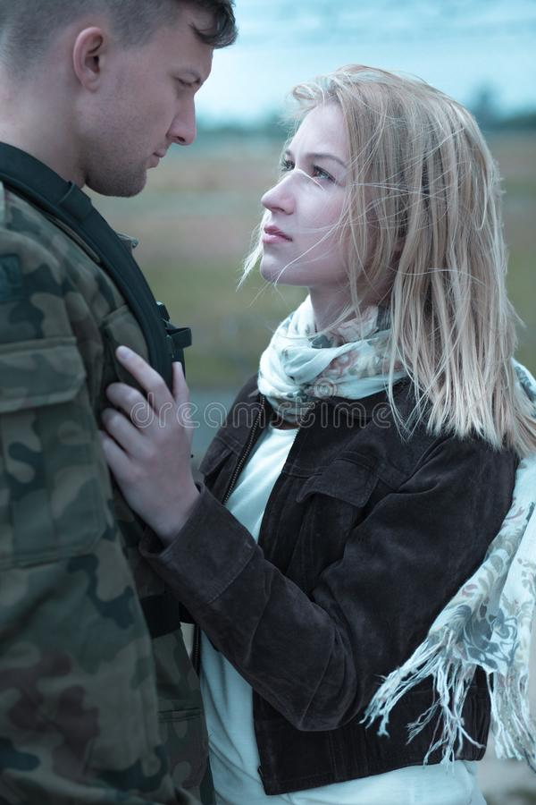 Jeunes couples indiquant au revoir photo stock