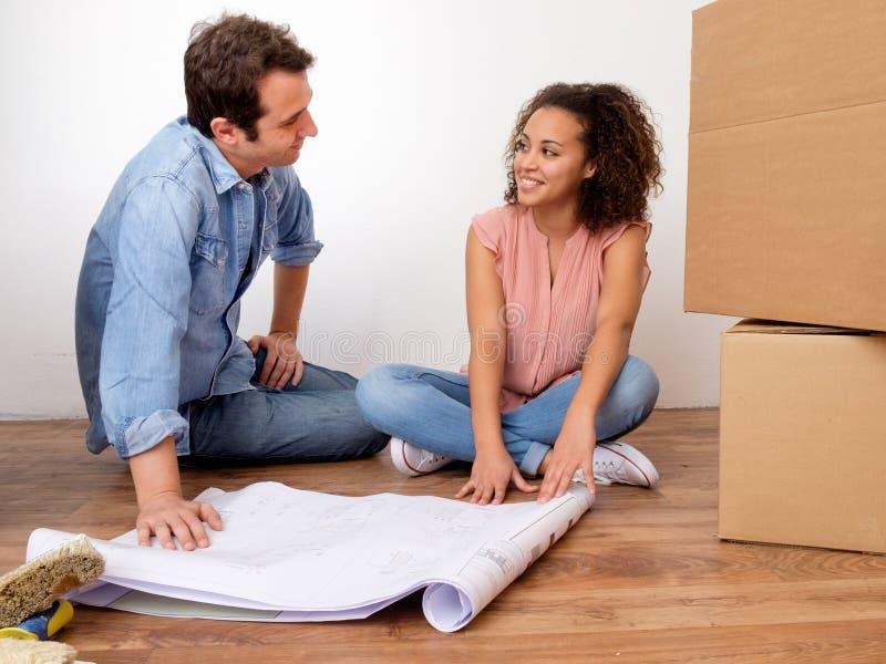 Jeunes couples interraciaux prêts pour la relocalisation image stock