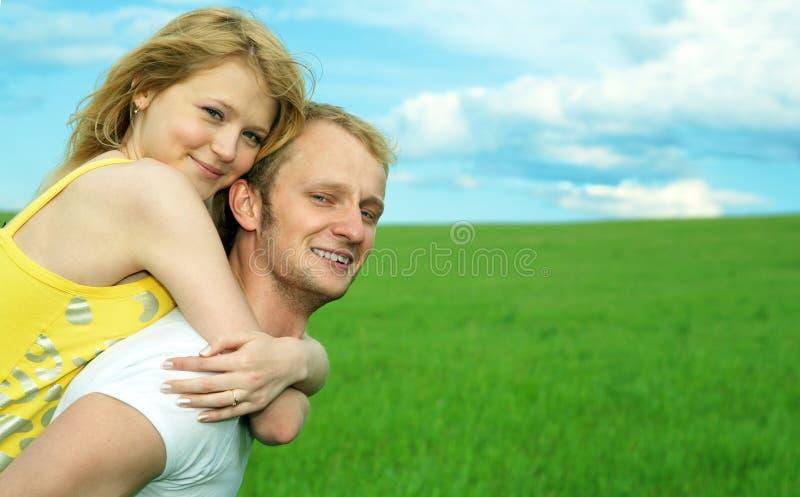 Jeunes couples jouant autour images libres de droits