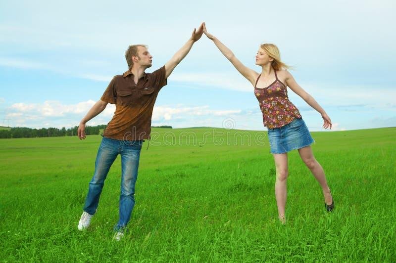 Jeunes couples jouant autour dans la nature photos libres de droits