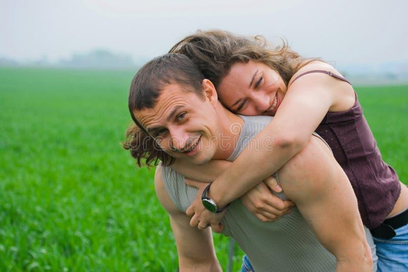 Jeunes couples jouant dans un domaine de blé photographie stock libre de droits