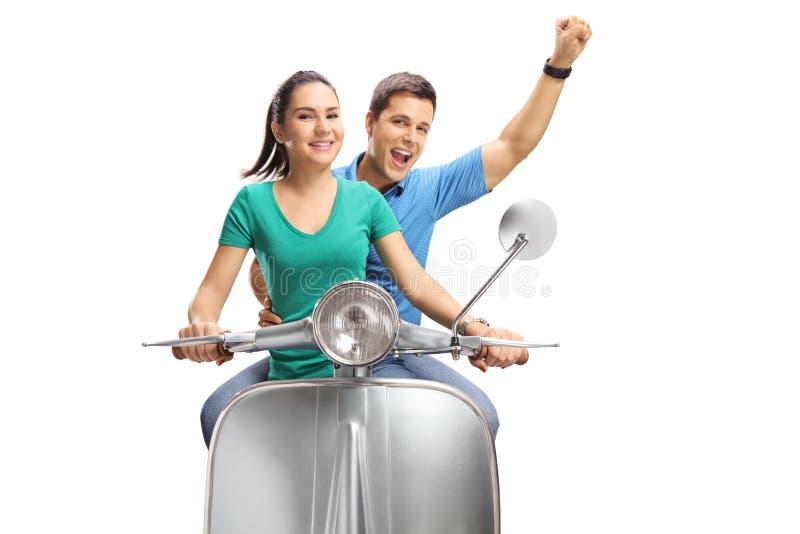 Jeunes couples joyeux montant un scooter de vintage image libre de droits