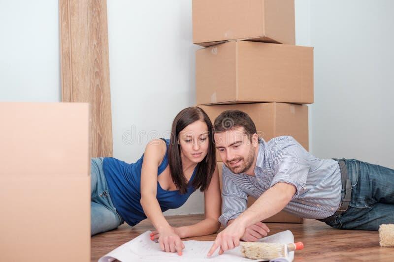 Jeunes couples joyeux pendant la rénovation et la relocalisation images stock