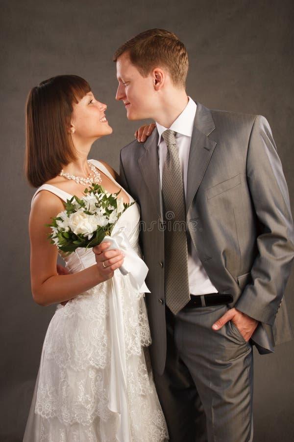 Jeunes couples juste mariés photos stock