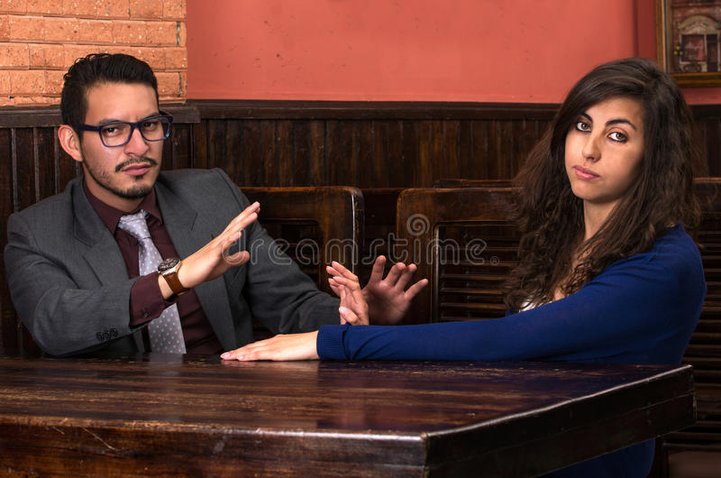 Jeunes couples latins dans un restaurant photos libres de droits