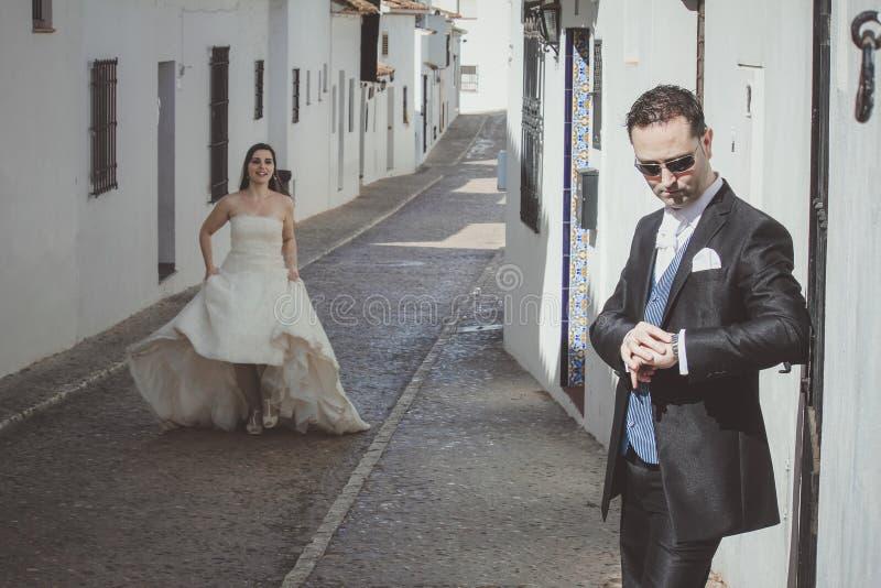 Jeunes couples les épousant dans la rue image stock