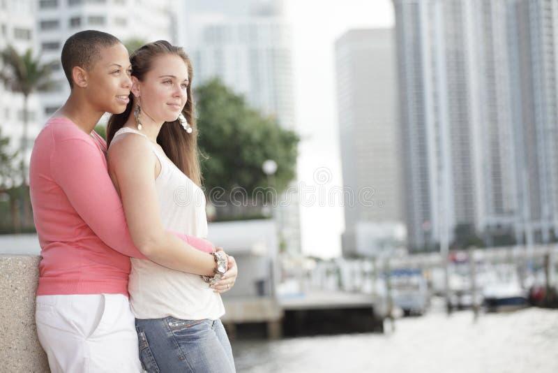 Jeunes couples lesbiens images stock
