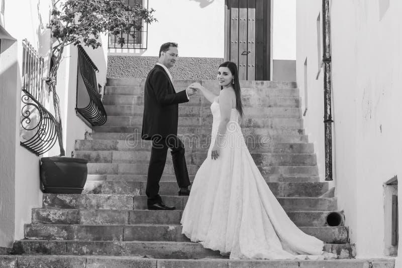 Jeunes couples leur jour du mariage images libres de droits