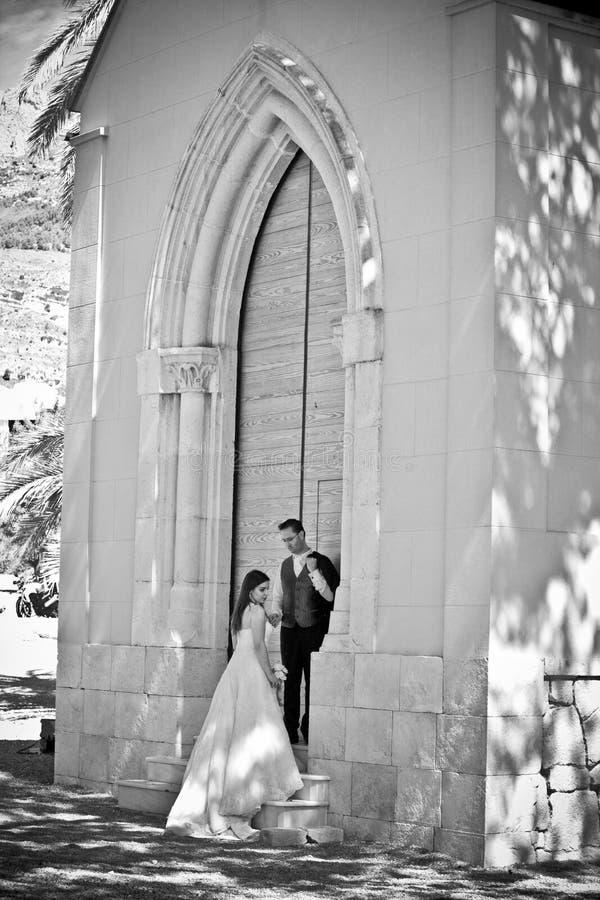 Jeunes couples leur jour du mariage photographie stock libre de droits