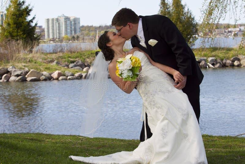 Jeunes couples leur jour du mariage image stock